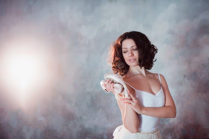 Portret piękny młody baleriny mienie wręcza pointe buty dla tana obrazy stock