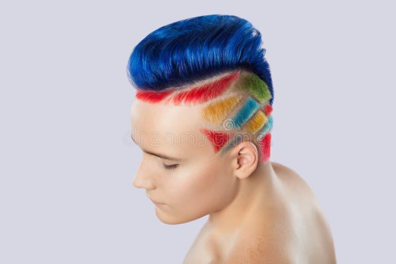 Portret piękny młody nastolatek z piękną kreatywnie fryzurą fotografia royalty free