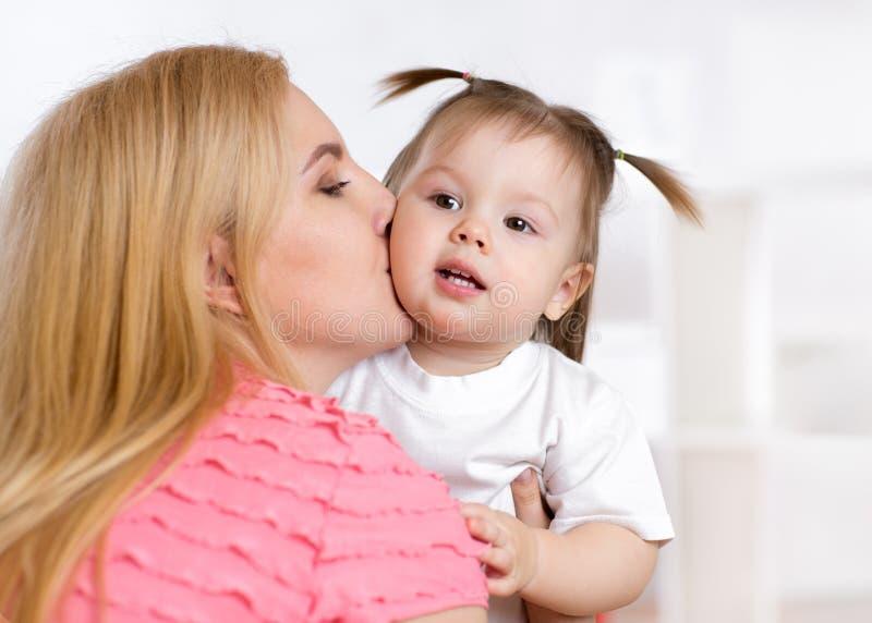 Portret piękny macierzysty całowanie jej dziecko fotografia royalty free