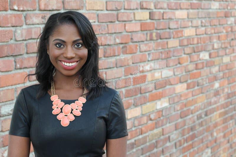Portret piękny naturalny młody Afrykański kobiety ono uśmiecha się zdjęcia stock