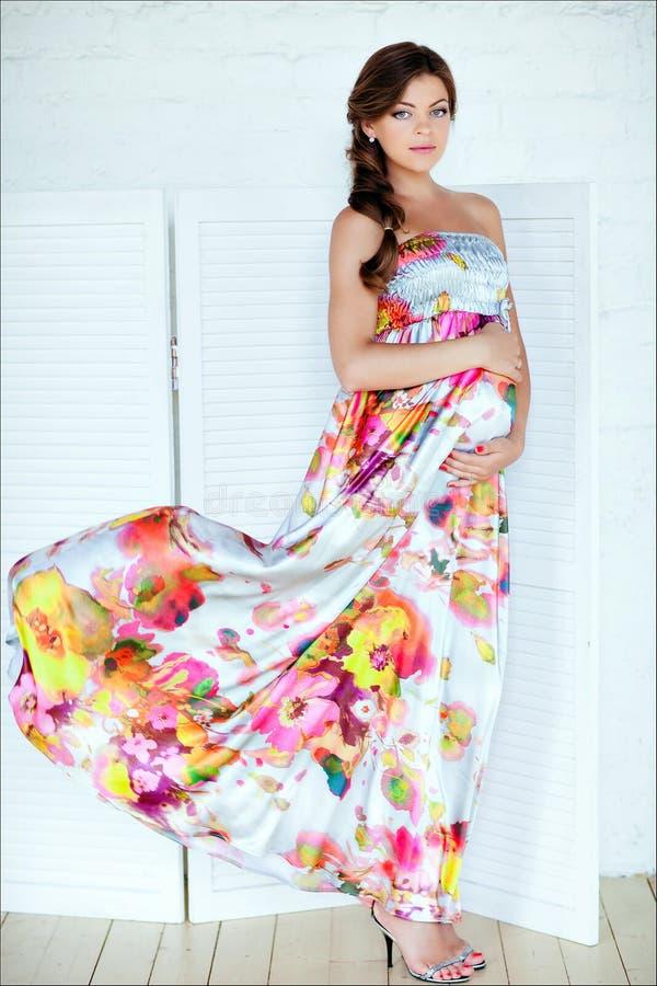 Portret piękny splendoru kobieta w ciąży z modny długie włosy zdjęcia stock