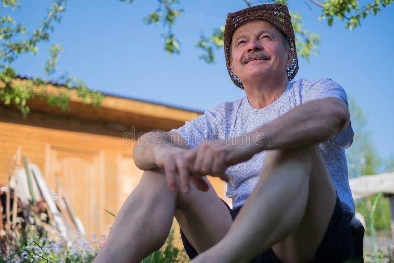 Portret piękny starsza osoba mężczyzna z wąsy plenerowym w słonecznym dniu fotografia royalty free