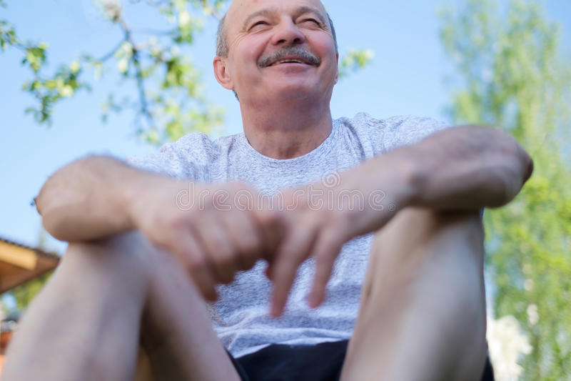 Portret piękny starsza osoba mężczyzna z wąsy plenerowym w słonecznym dniu obrazy stock