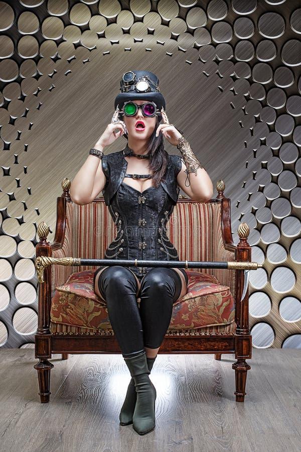 Portret piękny steampunk dziewczyny obsiadanie w krześle obrazy stock