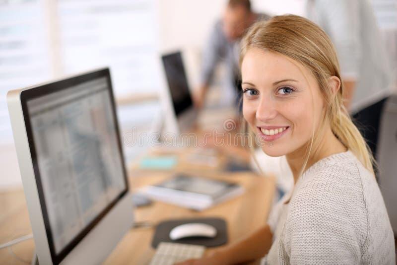 Portret piękny urzędnik w komputerze obrazy stock