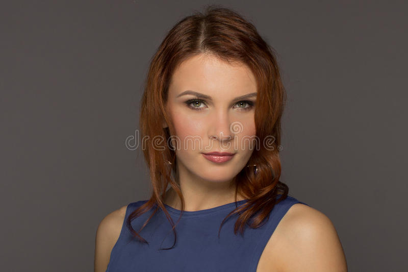 Portret piękny włosy kobiety model dalej fotografia stock