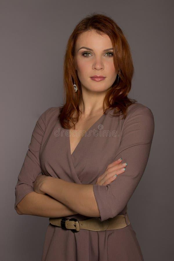 Portret piękny włosy kobiety model dalej zdjęcie stock