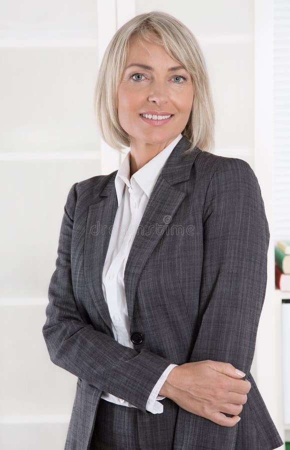 Portret: Piękny w średnim wieku odosobniony bizneswoman obrazy royalty free