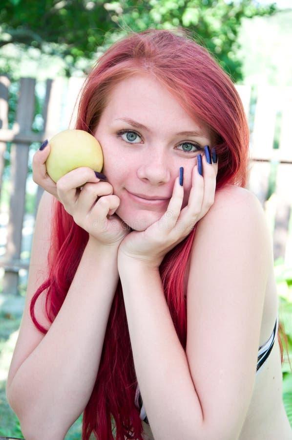 Download Portret piękna dziewczyna obraz stock. Obraz złożonej z jaskrawy - 25935529