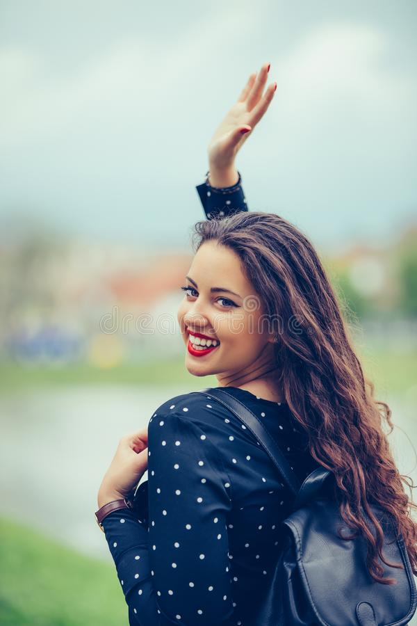Portret pi?kna kobieta chodzi outdoors, macha jej r?k? obrazy royalty free