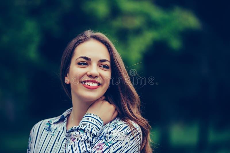 Portret pi?kna kobieta z doskonali? u?miechem outdoors zdjęcie royalty free