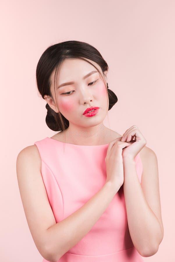 Download Portret Piękna Kobieta Z Jaskrawym Makeup I Czerwonymi Wargami Zdjęcie Stock - Obraz złożonej z potomstwa, dziewczyna: 106903136
