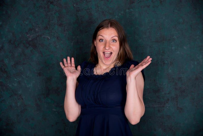 Portret pi?kna m?oda kobieta w studiu zdjęcia stock