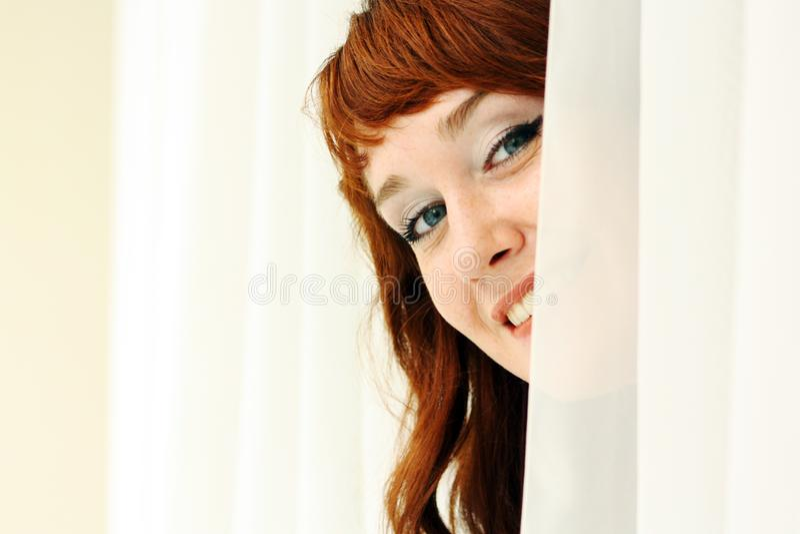 Download Portret Piękna Redheaded Kobieta Patrzeje Flirciarski Zdjęcie Stock - Obraz złożonej z twarz, zakończenie: 106911298
