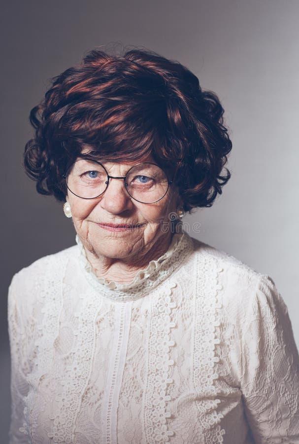 Portret pi?kna starzej?ca si? doros?a kobieta w szk?ach, 80 lat obrazy stock