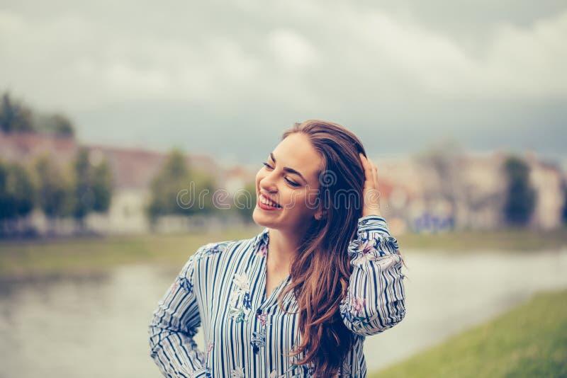 Portret pi?kna u?miechni?ta kobieta outdoors zdjęcie royalty free