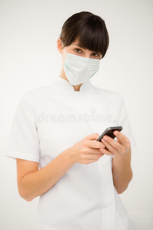 Portret pielęgniarka używa jej telefon komórkowego obrazy stock