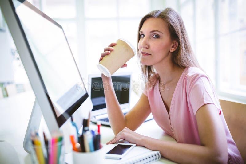Portret pije kawę atrakcyjny projektant grafik komputerowych fotografia stock