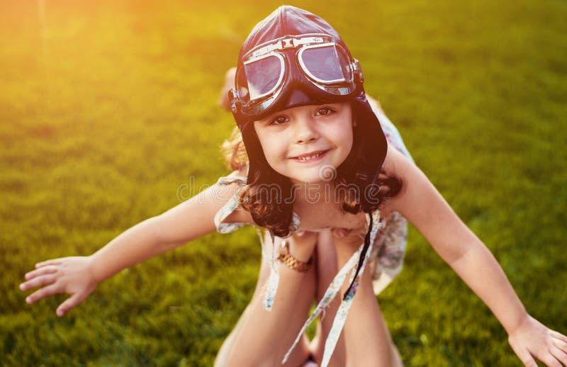 Portret pilotowa dziewczyna ma zabawę troszkę obraz stock