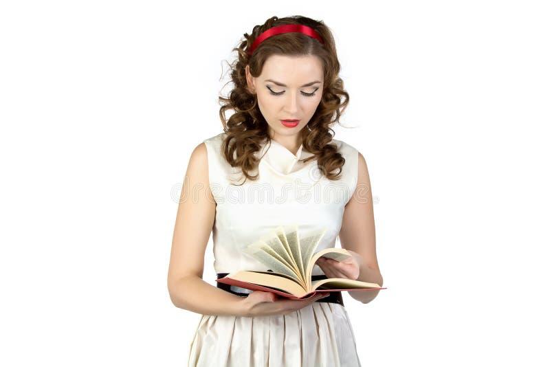Portret pinup kobiety czytelnicza książka zdjęcie stock