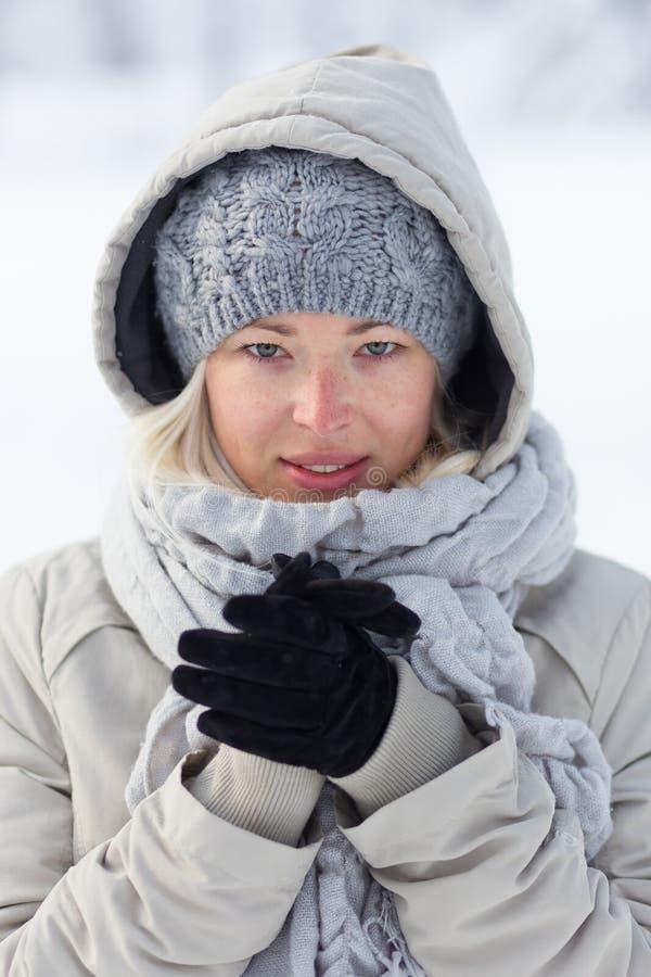 Portret plenerowy w śniegu w zimnym zima czasie dama obraz stock