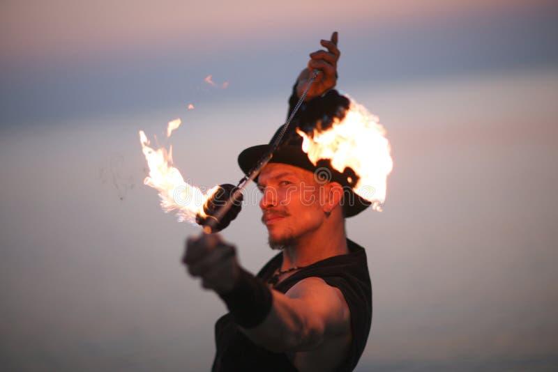 Portret pożarniczego tancerza przędzalniani poins nad jego on obrazy royalty free