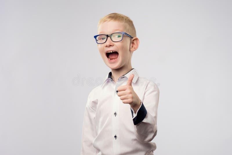 Portret pokazuje aprobata gest szczęśliwa chłopiec zdjęcia royalty free