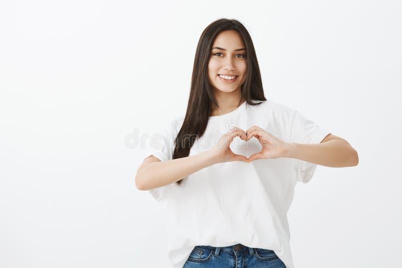 Portret pokazuje kierowego gest nad klatką piersiową i ono uśmiecha się szeroko atrakcyjna zrelaksowana europejska kobieta z dług fotografia royalty free