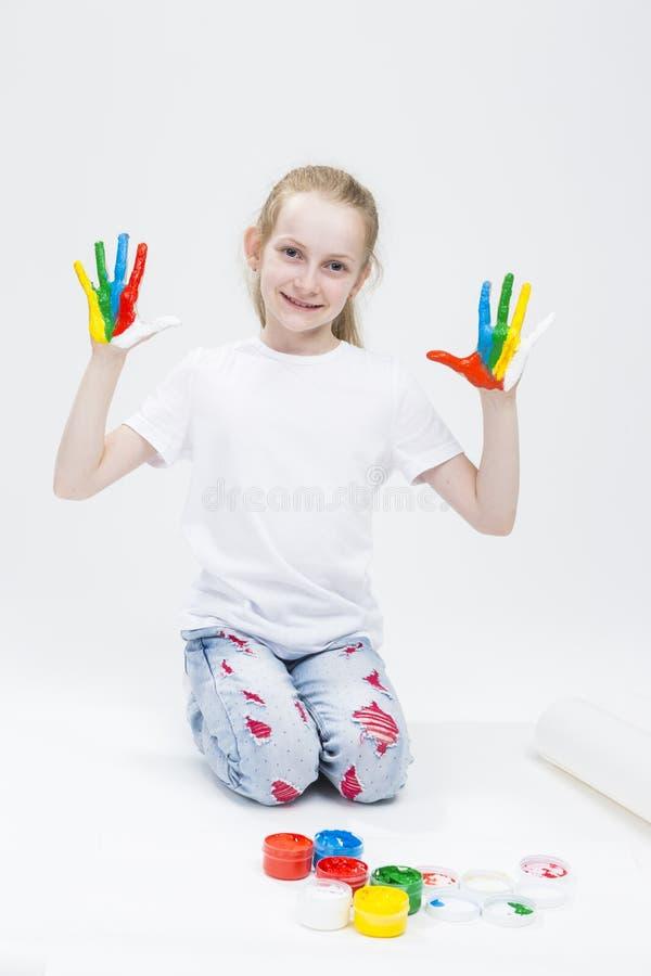 Portret Pokazuje Upaćkane Kolorowe ręki Jaskrawy Malować Śmieszna młoda dziewczyna obraz royalty free