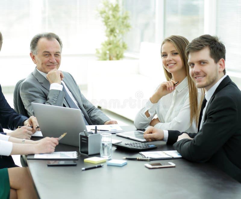 Portret pomyślna biznes drużyna w miejscu pracy zdjęcia stock