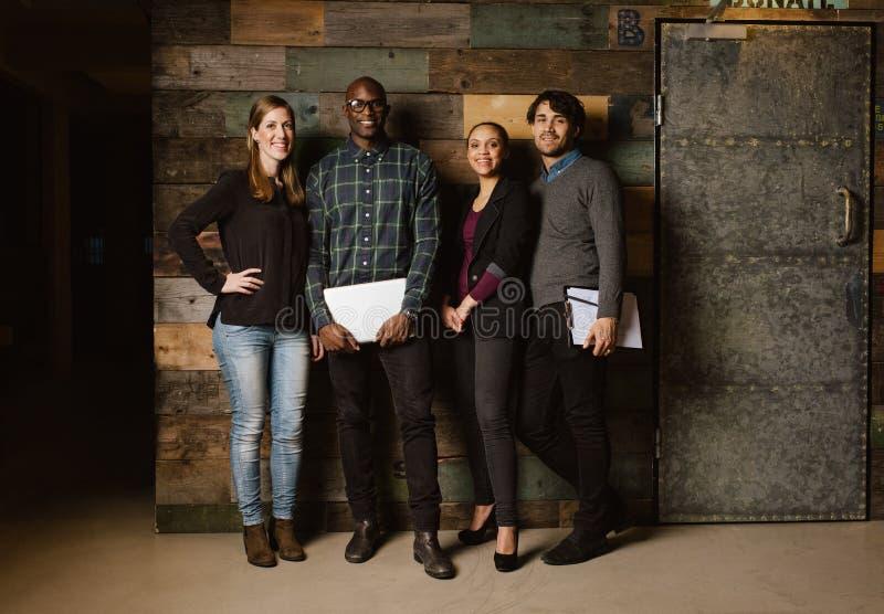 Portret pomyślna biznes drużyny pozycja w biurze obraz royalty free