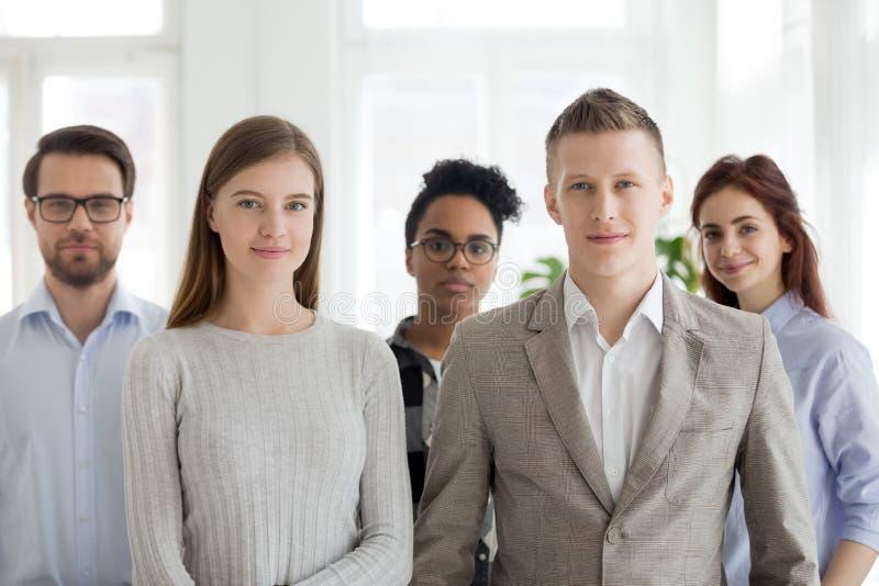 Portret pomyślna millennial multiracial drużyna pozuje togeth obrazy royalty free