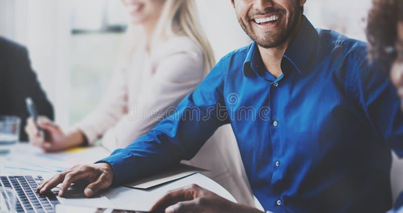Portret pomyślny latynoski biznesmen ono uśmiecha się na biznesowym spotkaniu z partnerami w nowożytnym biurze horyzontalny obrazy royalty free