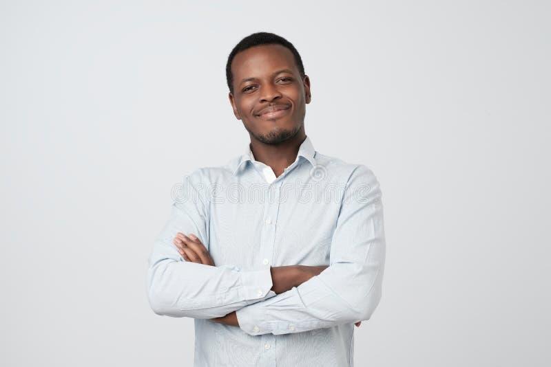 Portret pomyślny poważny przystojny afroamerican mężczyzna w koszula krzyżował ręki i ono uśmiecha się obrazy stock