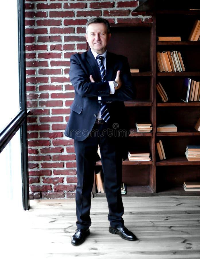 Portret pomy?lny biznesmen na tle biuro zdjęcie royalty free