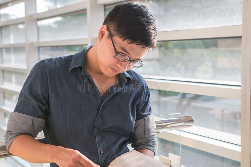 Portret potomstwa i świeża azjatykcia chłopiec w kampusie fotografia royalty free