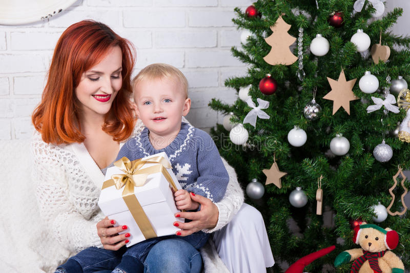 Portret potomstwa macierzyści i mały syn przed bożymi narodzeniami tr zdjęcie stock