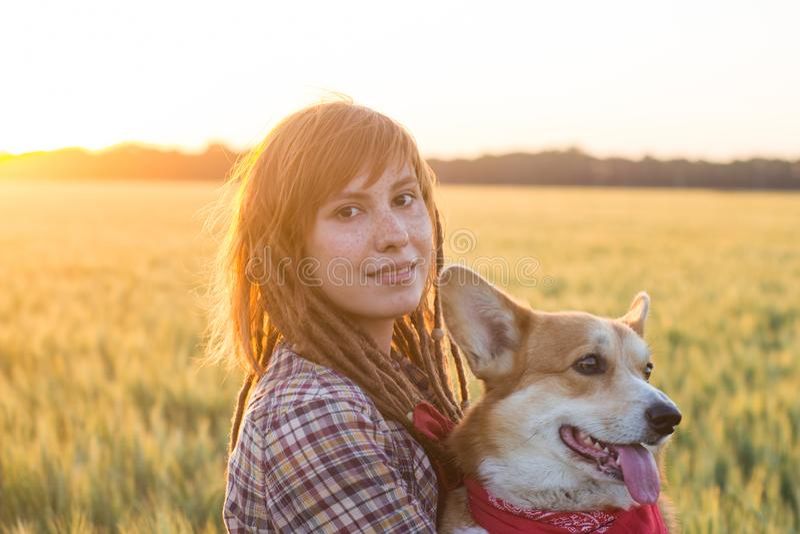 Portret potomstwa redhed kobiety z psem zdjęcie stock