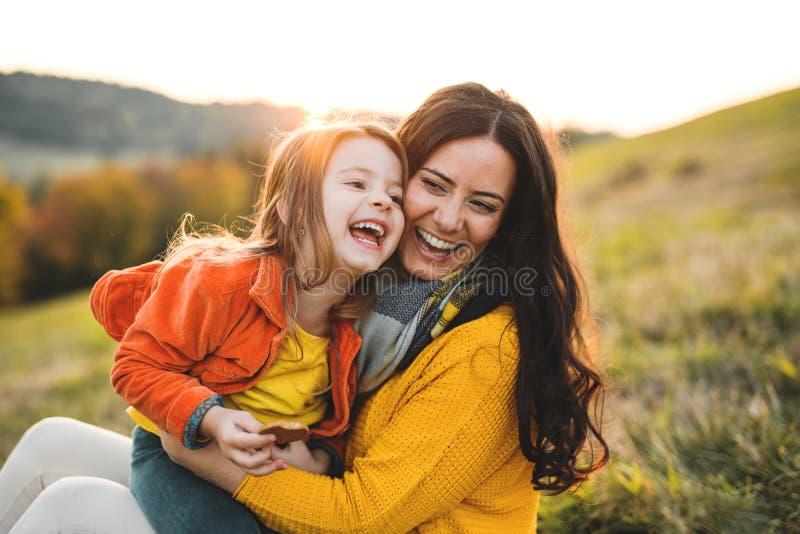 Portret potomstwo matka z małą córką w jesieni naturze przy zmierzchem zdjęcie royalty free