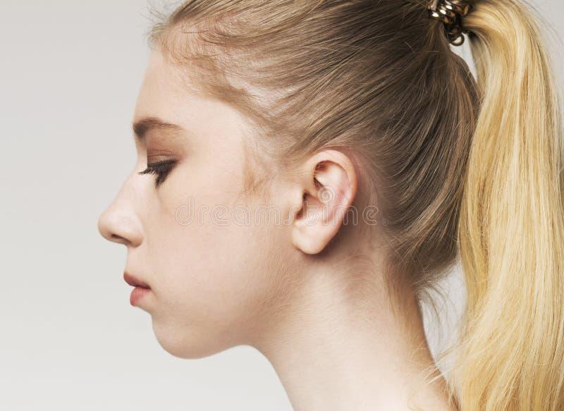 Portret potomstwo wzburzonej blondynki millennial kobieta obrazy stock
