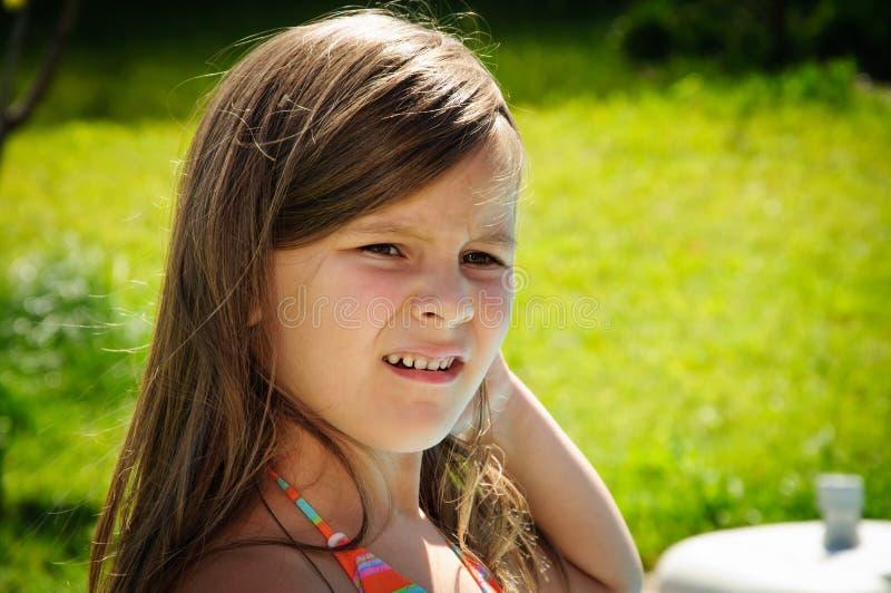 Portret poważna mała caucasian dziewczyna patrzeje oddalony outdoors zdjęcia royalty free