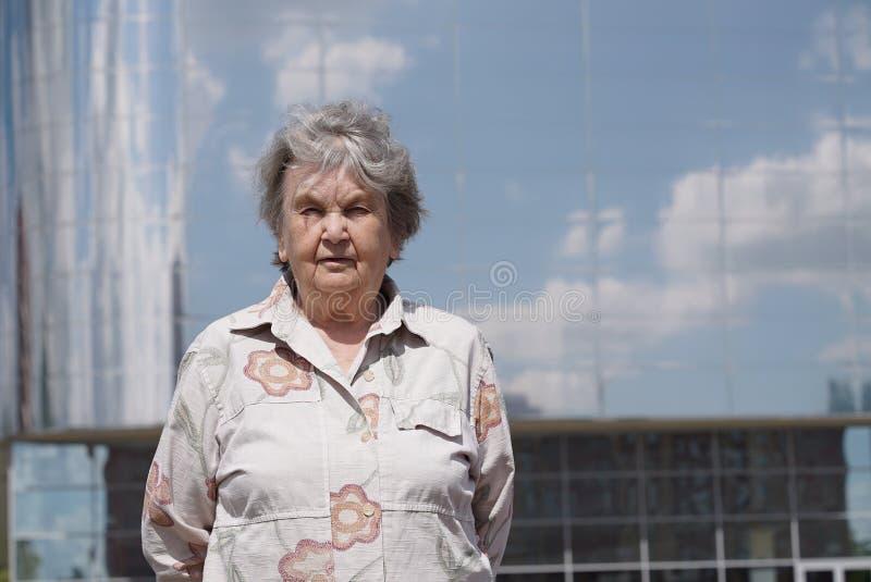 Portret poważna stara kobieta starzejący się 80s outdoors obraz royalty free