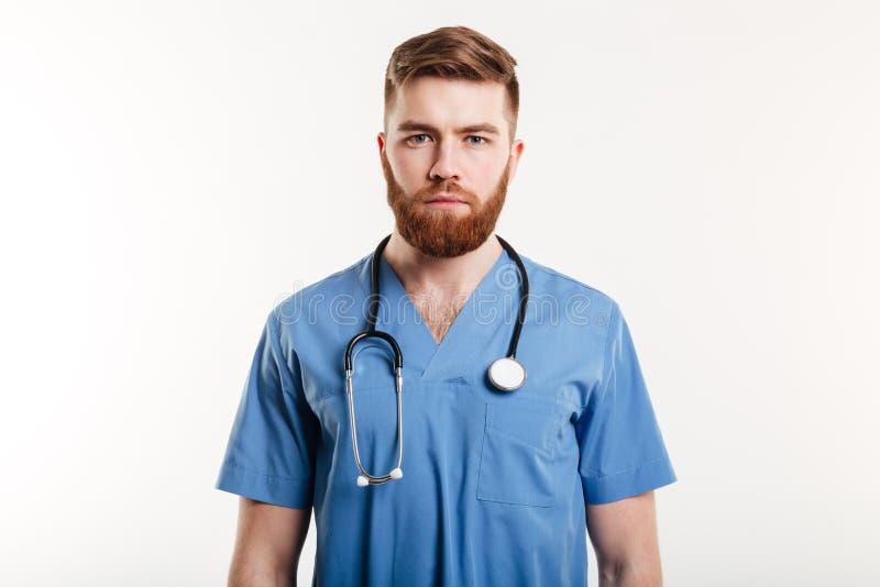 Portret poważna ufna samiec lekarki pozycja zdjęcie stock