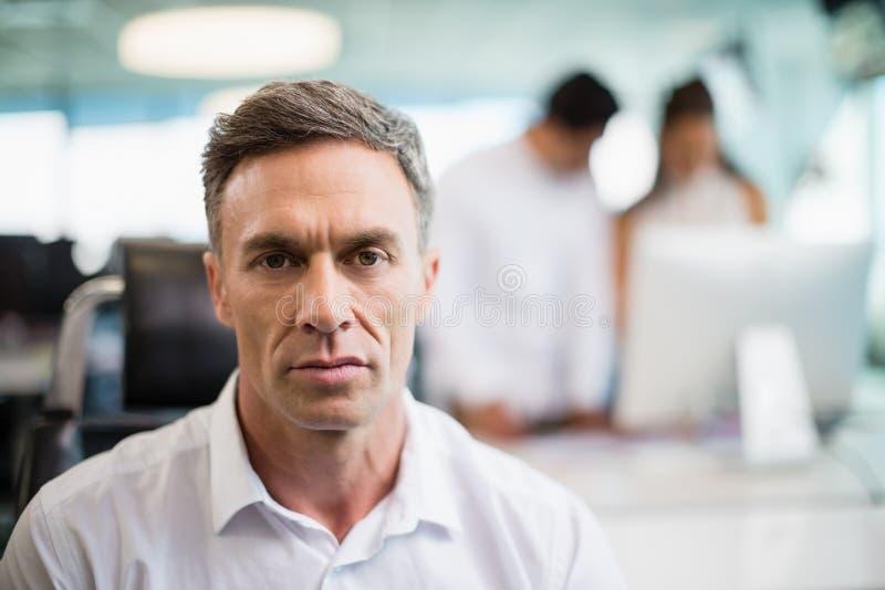 Portret poważny dyrektora wykonawczego obsiadanie na krześle zdjęcie stock