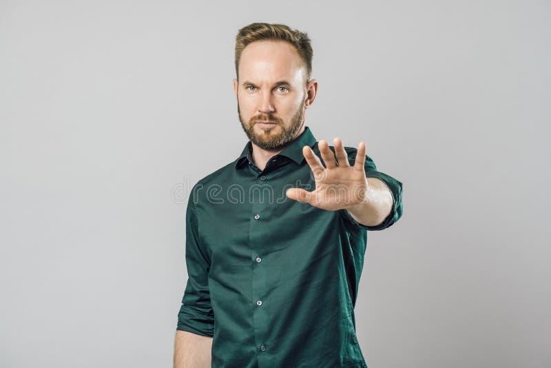 Portret poważny mężczyzny seansu przerwy gest zdjęcia royalty free