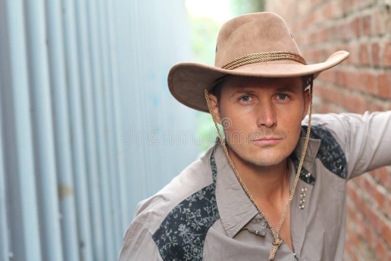 Portret poważny młody atrakcyjny kowboj fotografia stock