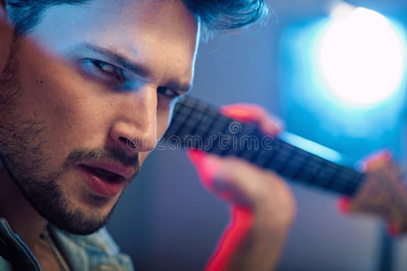 Portret poważny, przystojny gitarzysta, obraz stock