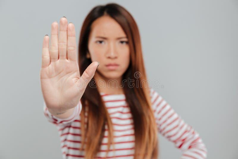 Portret poważny ufny kobieta seansu przerwy gest zdjęcie stock