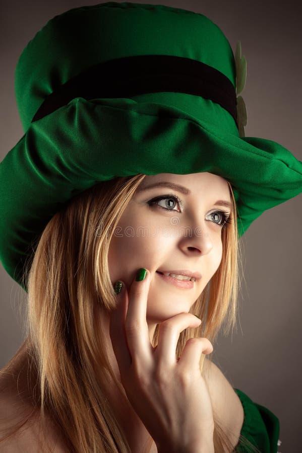 Portret powabna blond dziewczyna w leprechaun kapeluszu zbliżeniu fotografia stock