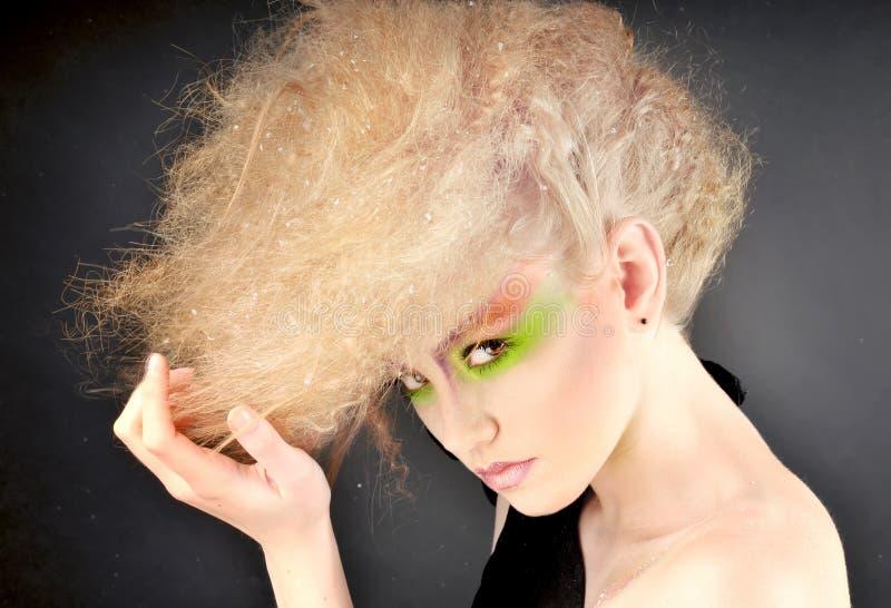 Portret powabna dziewczyna z fantazi fryzurą i makeup zdjęcia stock